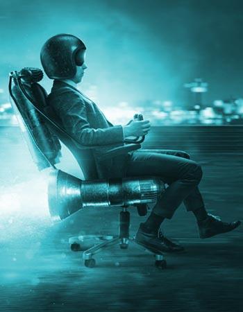 Photo d'illustration - Homme assis sur un fauteil à roulette avec une fusée
