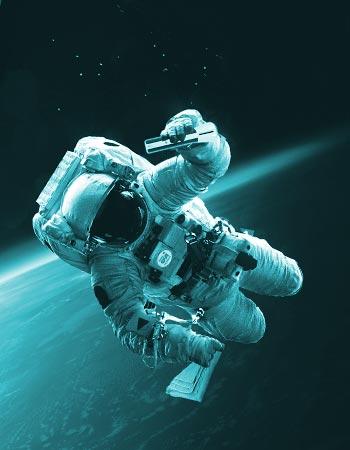 Photo d'illustration - Un astronaute en apesanteur dans l'espace avec un pulvérisateur d'eau ozonée et une microfibre.